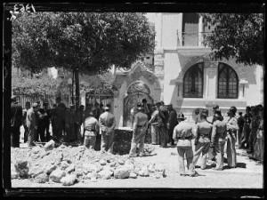 Aspecto da rua e do portão do jardim da casa de Josué Trocado para onde o ditador se dirigia quando rebentou a bomba. Foto Arquivo Nacional da Torre do Tombo.
