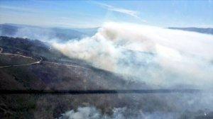 Vista aérea do incendio de Arbo, que afecta a unhas 500 hectáreas e no que tamén se activaron desaloxos
